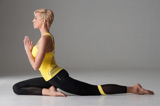 Zkusila si jógínskou pozici.