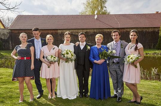 Skupinové svatební foto postav seriálu Ulice