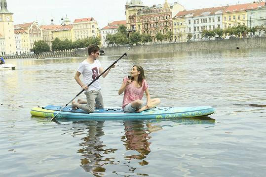 Láďa vzal Báru na vyjížďku paddleboardem po Vltavě.