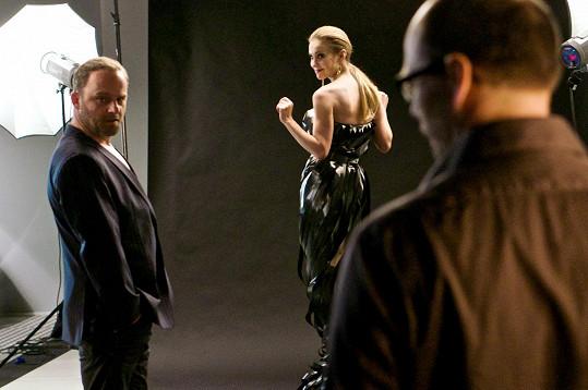 Vlastina Svátková ve filmu Gangster Ka, kde si zahrála s Hynkem Čermákem.