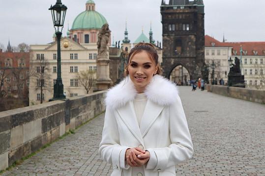 Kamila Nývltová natáčela videoklip také na Karlově mostě.