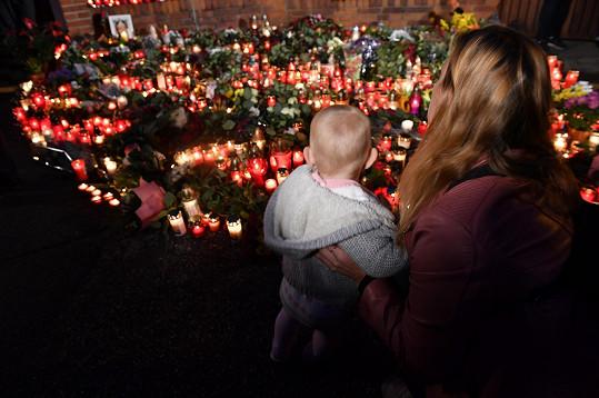 Svíčky před Gottovou vilou na Bertramce