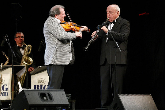 Na pódiu je to stále pan saxofonista.