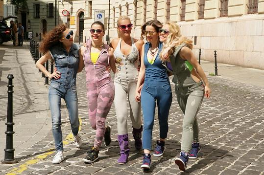 Největší divočárnu zvolila zpěvačka na natáčení klipu k písni Nálada. Overal v zelenkavé barvě v kombinaci s fialovými doplňky a obutím by jen tak někdo nerozdýchal.