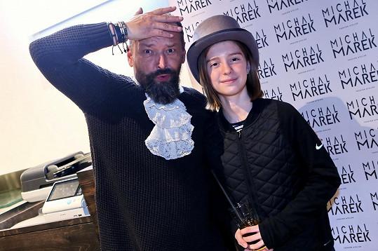 Anička si vypůjčila výtvarníkův klobouk.