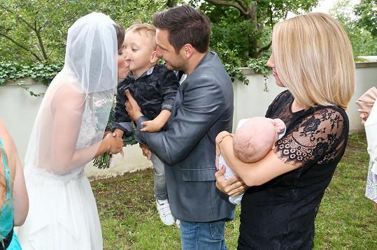 Martin Písařík společně se syny a přítelkyní gratuloval nevěstě Romaně Goščíkové.