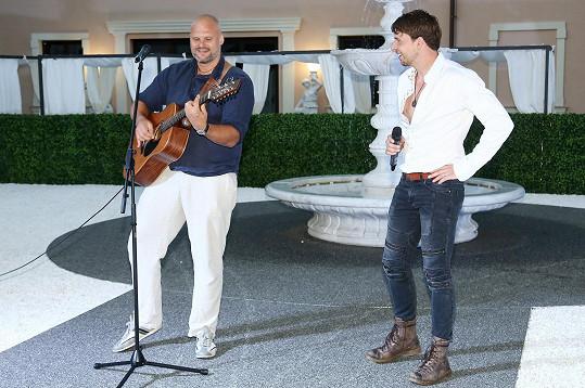Zazpívali mj. Peter Pecha a Radim Flender (vlevo).