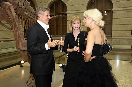 Hostitelka v družném rozhovoru s herečkou Aňou Geislerovou a jejím doprovodem