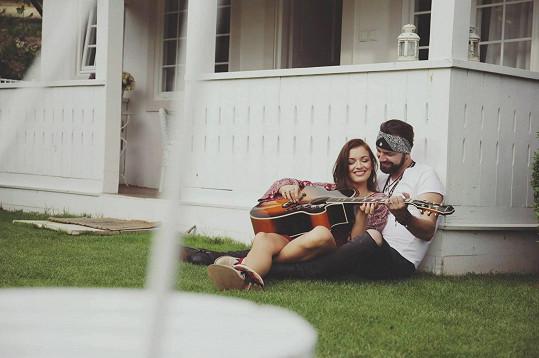 V textu písně je nastíněna zpěvaččina minulost, byť se dívá dopředu.