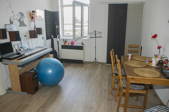 Obývací pokoj, kde zpěvák tráví nejvíce času.