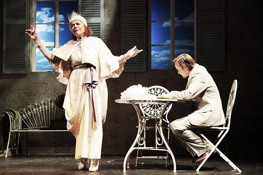 V roli Sarah Bernhardt je úžasná. Hraje s ní i Kryštof Hádek.