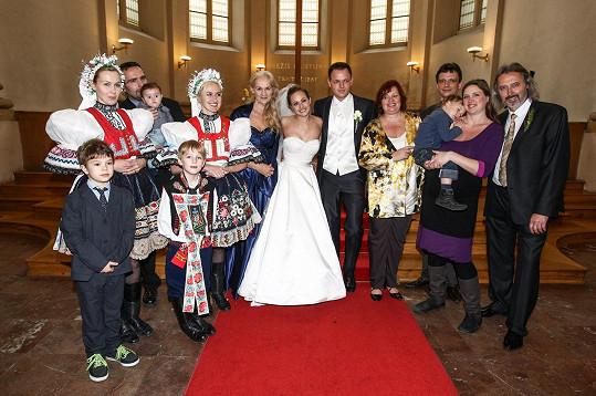 Klasické svatební foto s rodinou