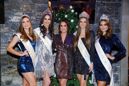 S dalšími úřadujícími královnami krásy Klárou Vavruškovou (druhá zprava), Karolínou Kokešovou (vpravo), Stankou Lučkovou a moderátorkou večera Veronikou Farářovou (uprostřed).