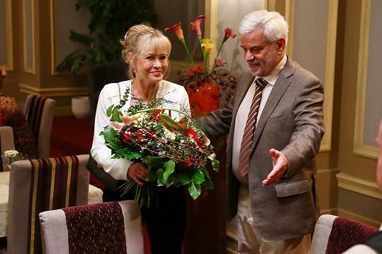 V seriálu Ohnivý kuře chce vytáhnout peníze z Karla Trébla (Petr Štěpánek).