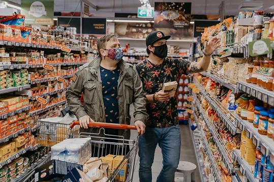 Při nákupech v supermarketumu dělal společnost porotce soutěže Jan Punčochář.