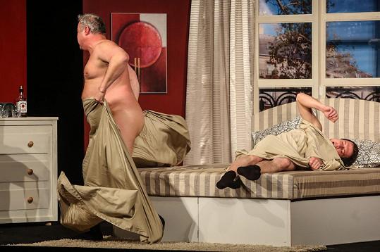 Ve hře Dva nahatý chlapi se ukázal úplně nahý.
