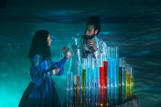 Darija Pavlovičová s Petrem Vaňkem, který hraje obyvatele vodní říše.