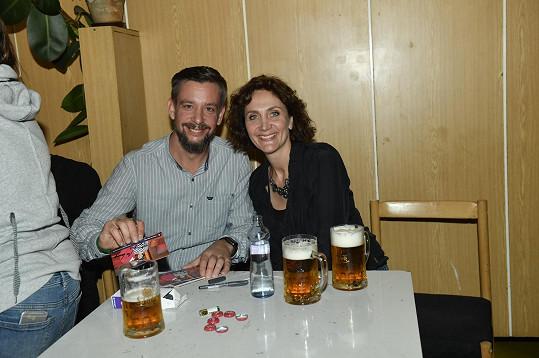 Pošťák Ondra z Pošty pro tebe Martin Kavan a Ester Janečková zasedli k pivu.