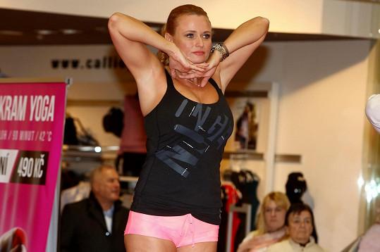 Sympatická manželka režiséra Jiřího Adamce je pilnou cvičenkou jógy.