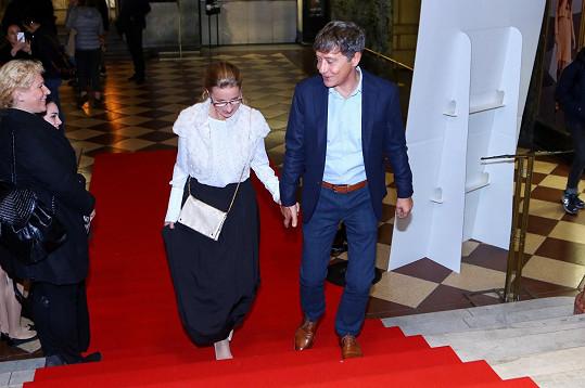 Pavel Kříž s manželkou při příchodu do kina Lucerna