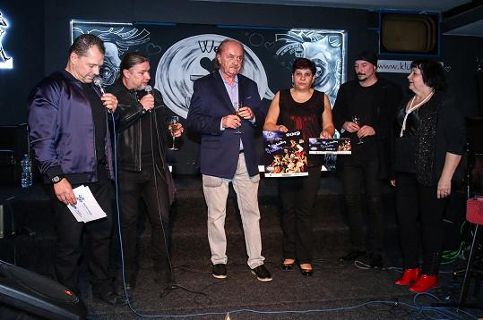 Kalendář nadačního fondu Šťastná hvězda, který pomáhá vážně nemocným dětem, pokřtil i producent František Janeček.