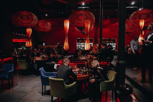 Michaela se s partnerem Jakubem nechtěli fotit. Po galavečeru na Pražském hradě se ale přesunuli na večeři do restaurace SaSazu, kde vznikla tato fotka.