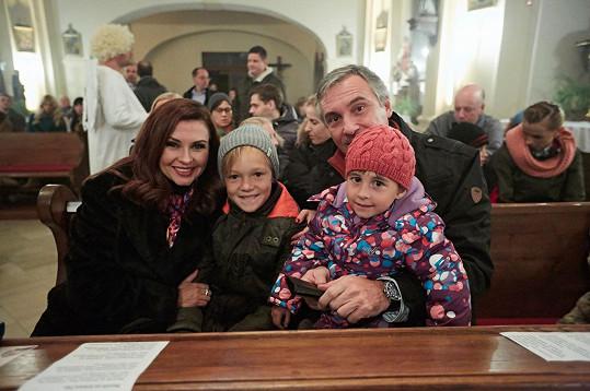 Herečka se svou seriálovou rodinou (Lukášem Hrabákem, Janem Čenským a Eliškou Obrovou)