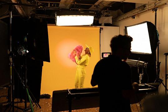 Barbora Mottlová při natáčení svého nového videoklipu.