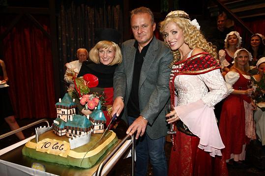Na oslavě desátého výročí od premiéry se ředitel divadla Egon Kulhánek postaral o dort ve tvaru hradu Karlštejna.