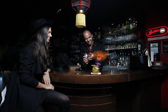 Matthias Giraud pro ni připravil netradiční koktejly. Plál i oheň.