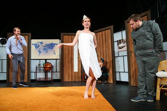 Denisa Nesvačilová v nové hře Tři letušky v posteli