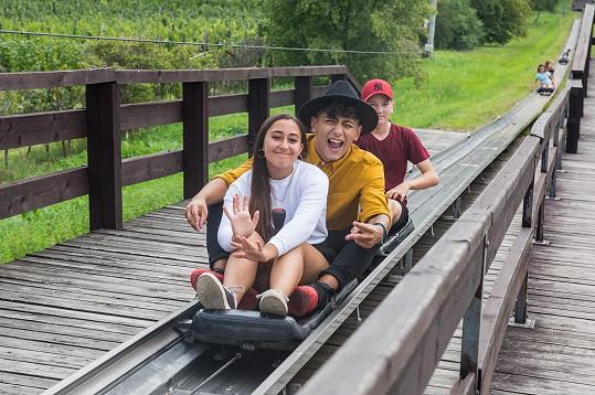 Občas měl v očích děs, občas se s úsměvem bavil a spolu se svými kamarády, Michaelou a Filipem z dětského domova v Nymburce, mával na všechny strany.
