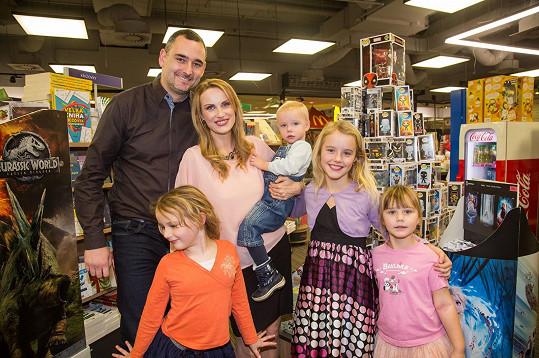 Autorka knihy Kateřina Kubalová s mužem a dětmi