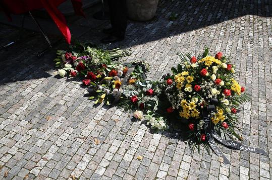 Okolí kostela zaplnili přítomní květinami a věnci.
