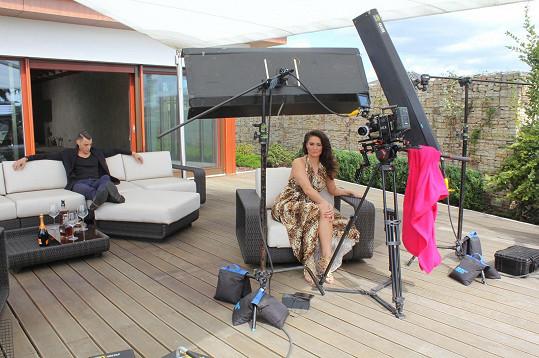 Andrea Mea a model Daniel Vojtěch během natáčení jedné ze scén klipu