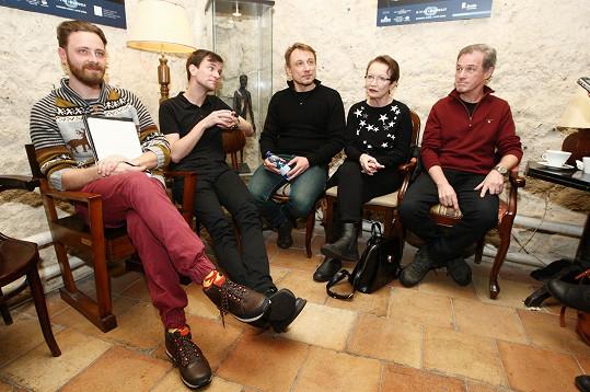 Herečka s režisérem Pavlem Ondruchem, hereckými kolegy a šéfem Divadla Ungelt Milanem Heinem.