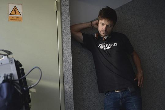 Mádl napsal scénář a film také režíroval.