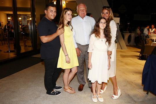 S někdejším prezidentem se kromě herečky fotily i děti z La Sophia.