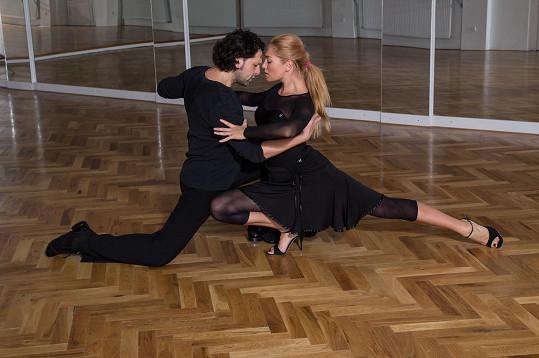Miss World 2006 trénuje argentinské tango s tanečníkem Eduardem Zubákem.