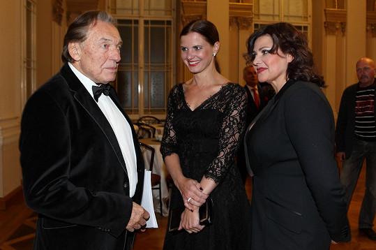 S manželkou teď Karel Gott do společnosti nechodí.