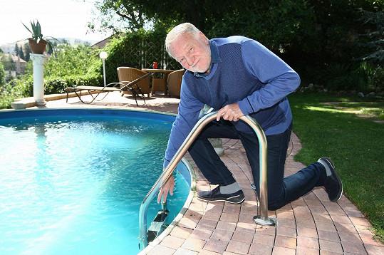 Herec zvládne i sto bazénů