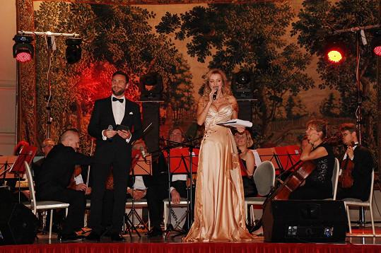 Mocným dekoltem hosty vábila na dálku. Jen filharmonici měli smůlu, protože k nim Kateřina většinou stála zády.