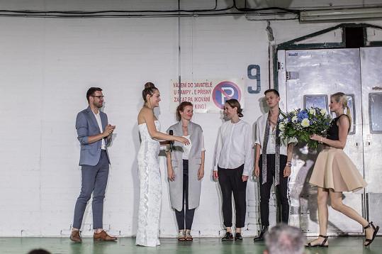 Modely pro bohulibou věc navrhli módní designéři Tereza Vu, Michael Kováčik a Kateřina Geislerová.