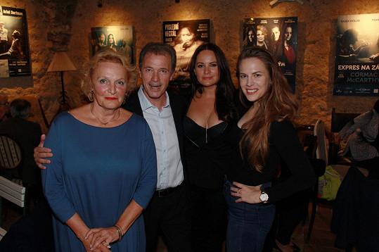 Regina Rázlová, Milan Hein, Jitka Čvančarová a Petra Nesvačilová. Tahle čtveřice hraje v představení Mezi úterým a pátkem.