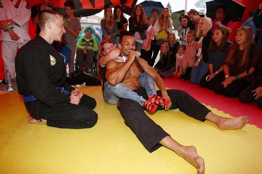 A nácvik bojového umění si dokonale užila.