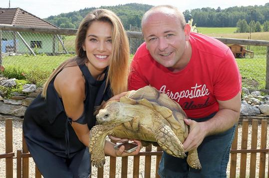 Pak si s ředitelem soutěže Muž roku Davidem Novotným pochovala želvu.
