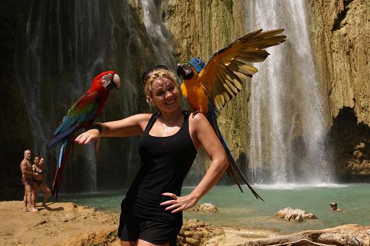 U vodopádů neodolala fotce s papoušky.