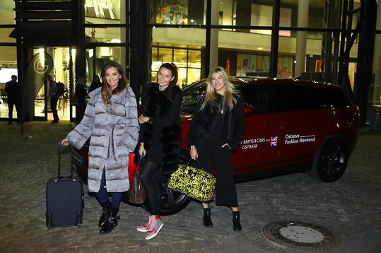 Jitka s Eliškou Bučkovou a Nikol Švatnerovou byly hvězdami fashion weekendu.