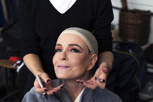 Na snímky potřebovala silný make-up.