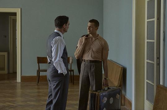 Příběh se zaměří na homosexuální milostný vztah léčitele a jeho asistenta, což pro hrdinu znamenalo v totalitních režimech hrozbu.